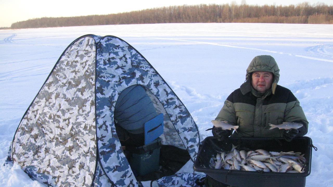Рыбак с зимним уловом