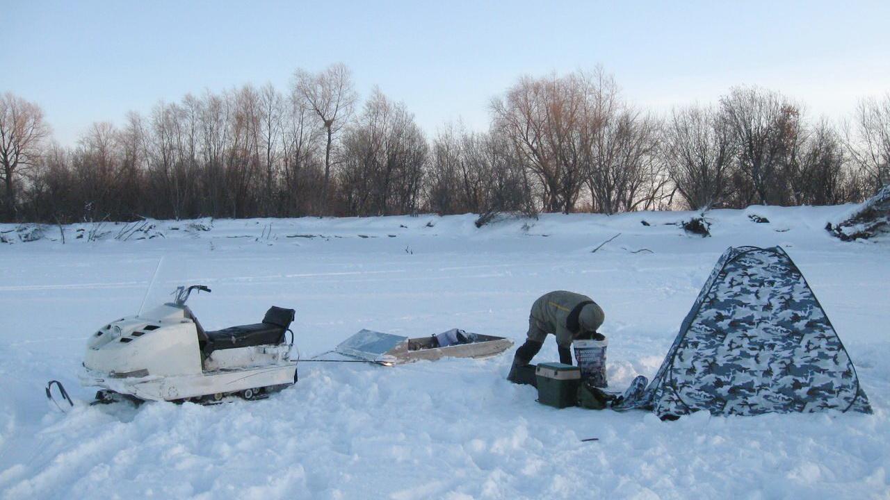 снегоход у палатки